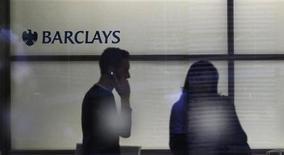 Мужчина говорит по телефону в здании офиса Barclays Bank в Лондоне, 3 июля 2012 года. Британский банк Barclays Plc считает, что восполнит ущерб, нанесенный скандалом, связанным с фальсификацией ставок, после того как его полугодовая прибыль превысила прогнозы. REUTERS/Andrew Winning