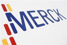 Логотип Merck в одном из отделений компании в Дармштадте, 7 марта 2012 года. Квартальные результаты Merck & Co Inc превзошли прогнозы, несмотря на негативное воздействие сильного доллара, компенсировать которое компания смогла за счет роста продаж вакцин, а также препаратов для профилактики и лечения сахарного диабета и ВИЧ-инфекции. REUTERS/Alex Domanski
