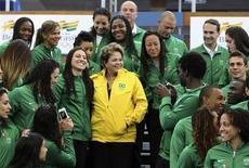 A presidente Dilma Rousseff (centro) posa para uma fotografia com atletas olímpicos brasileiros no centro esportivo Crystal Palace em Londres, no Reino Unido. 27/07/2012 REUTERS/Sérgio Moraes