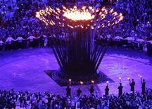 Sete jovens atletas britânicos acendem a pira olímpica dos Jogos de Londres na cerimônia de abertura, nesta sexta-feira. REUTERS/Pawel Kopczynski
