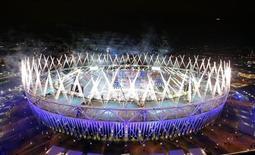 Fogos de artifício são disparados no Estádio Olímpico durante a cerimônia de abertura dos Jogos de Londres, na Grã-Bretanha, nesta sexta-feira. 27/07/2012 REUTERS/Marko Djurica