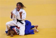 Sarah Menezes comemora após derrotar judoca belga Charline van Snick (de azul) na semifinal feminina de judô, categoria até 48kg, nos Jogos Olímpicos de Londres. 28/07/2012 REUTERS/Darren Staples