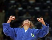 Brasileira Sarah Menezes comemora após derrotar romena Alina Dumitru (de branco) na luta de judô pela categoria peso-ligeiro nos Jogos Olímpicos de Londres. A judoca conquistou a primeira medalha de ouro do Brasil nos Jogos. 28/07/2012 REUTERS/Toru Hanai