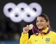 A judoca brasileira Sarah Menezes mostra medalha de ouro em Londes. REUTERS/Toru Ha