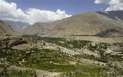 Панорамное фото города Хорог (Таджикистан), 7 июля 2004 года. Власти Таджикистана, несколько дней ведущие переговоры с повстанцами на Памире после унесших десятки жизней боев, сообщили в воскресенье, что боевики откликнулись на призыв сдать оружие в обмен на амнистию, что уменьшает вероятность нового кровопролития. REUTERS/Shamil Zhumatov