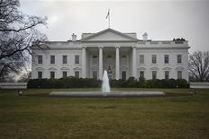Здание Белого дома в Вашингтоне, 24 января 2012 года. Белый дом сократил прогноз роста ВВП США в 2012 и 2013 годах после появления данных о том, что экономика во втором квартале расширялась медленными темпами. REUTERS/Jonathan Ernst