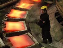 Рабочий работает на заводе Норникеля в Норильске, 16 апреля 2010 года. Норильский никель, крупнейший в мире производитель никеля и палладия, снизил производство товарного никеля во втором квартале на 8 процентов по сравнению с первым в основном из-за недопоставки сырья на обрабатывающий завод в Финляндии, сообщила компания в понедельник. REUTERS/Ilya Naymushin