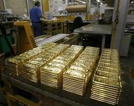 Слитки золота на заводе в Мендризио (Швейцария), 13 ноября 2008 года. Цены на золото снижаются по мере ослабления евро перед совещанием Европейского Центробанка в четверг. REUTERS/Arnd Wiegmann