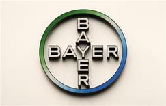 Логотип Bayer на фасаде здания компании в Берлине, 28 апреля 2011 года. Немецкий фармакологический и химический гигант Bayer увеличил годовой прогноз прибыли после публикации результатов второго квартала благодаря тому, что слабость евро помогла компании повысить показатели за рубежом. REUTERS/Fabrizio Bensch