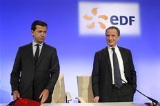 <p>Henri Proglio (à droite), PDG d'EDF, aux côtés de son directeur financier Thomas Piquemal. L'électricien public français a fait savoir qu'il souhaitait attirer de nouveaux partenaires pour investir dans le nucléaire britannique afin de limiter son endettement et de respecter ses objectifs en la matière. /Photo prise le 15 février 2011/REUTERS/Benoît Tessier</p>