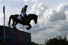Немецкая спортсменка Сандра Ауффарт проходит на лошади участок дистанции Парке Гринвич в Лондоне, 30 июля 2012 года. На Олимпийских играх в Лондоне во вторник будут разыграны 15 комплектов медалей, включая награды в конном спорте. REUTERS/Eddie Keogh