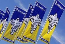 <p>Michelin est la plus forte baisse du CAC 40 à mi-séance (-1,98%) tandis que l'indice parisien avançait de 0,21% à 3.327,71 points à 12h15. /Photo d'archives/REUTERS/Régis Duvignau</p>