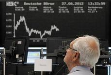 Трейдер следит за ходом торгов на бирже во Франкфурте-на-Майне, 27 июня 2012 года. Трехдневное ралли европейских акций замедлилось из-за отсутствия явных признаков готовности Европейского Центробанка принять решительные меры на совещании в четверг. REUTERS/Alex Domanski
