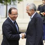 <p>François Hollande et Mario Monti, à l'Elysée. Le chef de l'Etat français et le président du conseil italien ont fait assaut d'optimisme sur l'avenir de la zone euro, et salué les initiatives annoncées par les présidents de la Banque centrale européenne et de l'Eurogroupe pour stabiliser durablement la situation. /Photo prise le 31 juillet 2012/REUTERS/Charles Platiau</p>