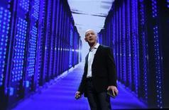 """<p>Le fondateur et PDG d'Amazon, Jeff Bezos. Amazon a dévoilé mardi un service de copie de musique en """"cloud"""" permettant de détecter des fichiers de musique sur un ordinateur et d'en sauvegarder une version accessible sur internet, dans l'espoir de mieux rivaliser avec le service iTunes d'Apple. /Photo d'archives/REUTERS/Shannon Stapleton</p>"""