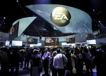 <p>Electronic Arts a vu son bénéfice net reculer à 201 millions de dollars sur le trimestre avril-juin, le premier de son exercice fiscal, contre 221 millions de dollars un an plus tôt. L'éditeur des jeux vidéo a cependant confirmé son objectif d'un bénéfice annuel en hausse de 30%. /Photo prise le 5 juin 2012/REUTERS/Gus Ruelas</p>