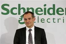 <p>Schneider Electric, gagne 3,06% à la mi-séance. Les investisseurs saluent la résistance de l'activité du groupe dirigé par Jean-Pascal Tricoire au premier semestre et ses efforts pour maintenir sa marge. /Photo d'archives/REUTERS/Charles Platiau</p>