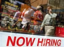 <p>Affiche annonçant qu'un recrutement est en cours sur la devanture d'une boutique à Boston, dans le Massachusetts. Le rythme des créations d'emplois dans le secteur privé aux Etats-Unis a été plus soutenu que prévu en juillet, s'élevant à 163.000 nouveaux emplois créés contre 120.000 attendus, selon l'enquête mensuelle ADP. /Photo d'archives/REUTERS/Brian Snyder</p>