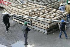<p>L'activité économique en Belgique s'est contractée de 0,6% au deuxième trimestre par rapport aux trois premiers mois de l'année 2012, alors que les économistes s'attendaient en moyenne à une contraction de 0,2% du PIB. /Photo d'archives/REUTERS/Yves Herman</p>