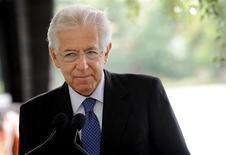 <p>Le Mécanisme européen de stabilité (MES), nouveau fonds de sauvetage de la zone euro, finira par se voir attribuer une licence bancaire afin de disposer d'une capacité d'intervention suffisante pour surmonter la crise de la dette souveraine au sein du bloc, a estimé mercredi Mario Monti le président du Conseil italien, lors d'une conférence de presse à Helsinki. /Photo prise le 1er août 2012/REUTERS/Mikko Stig/Lehtikuva</p>