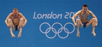 Российские спортсмены Илья Захаров (слева) и Евгений Кузнецов в финале соревнования по синхронным прыжкам в воду с трехметрового трамплина на Олимпийских играх в Лондоне 1 августа 2012 года. Российские спортсмены Илья Захаров и Евгений Кузнецов завоевали серебряные медали в синхронных прыжках в воду с трехметрового трамплина. REUTERS/David Gray