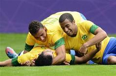 Brasileiros comemoram gol contra a Nova Zelândia. REUTERS/Nigel Roddis