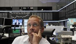 Трейдер на Франкфуртской фондовой бирже, 30 июля 2012 года. Европейские рынки акций открылись ростом на фоне надежд на активные действия Европейского Центробанка по спасению еврозоны. REUTERS/Alex Domanski