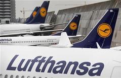 Самолеты Lufthansa в аэропорту Франкфурта-на-Майне 22 февраля 2010 года. Результаты крупнейшей немецкой авиакомпании Lufthansa во втором квартале превысили прогнозы благодаря реструктуризации испытывавшего трудные времена перевозчика Austrian Airlines. REUTERS/Johannes Eisele