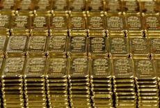 Слитки золота на золотоплавильном заводе Argor-Heraeus SA в швейцарском Мендризио 1 марта 2012 года. Золотовалютные резервы РФ снизились на $2,2 миллиарда за неделю к 27 июля, в основном из-за отрицательной переоценки евро, и в меньшей степени - за счет падения стоимости других валют и бондов, входящих в российский портфель. REUTERS/Pascal Lauener