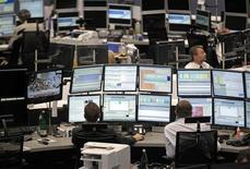 Трейдеры на Франкфуртской фондовой бирже, 24 июля 2012 года. Акции в Европе растут при поддержке акций крупных банков в ожидании решений Европейского Центробанка. REUTERS/Alex Domanski