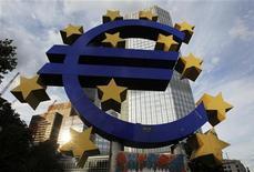 Символ единой европейской валюты у здания ЕЦБ во Франкфурте-на-Майне, 30 июля 2012 года. Евро слабо растет к доллару, поскольку инвесторы надеются на новые стимулирующие меры Европейского Центробанка. REUTERS/Alex Domanski