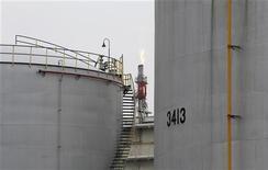 Вид на НПЗ в Кавасаки, близ Токио 5 июля 2012 года. Цены на нефть растут, поскольку инвесторы надеются на стимулирующие меры Европейского Центробанка. REUTERS/Toru Hanai