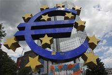 <p>La Banque centrale européenne a laissé jeudi sans surprise ses taux directeurs inchangés. Après avoir été abaissés d'un quart de point le mois dernier, le taux de refinancement de la BCE reste à 0,75%, le taux de facilité à 0,0% et le taux de prêt marginal à 1,5%, des plus bas historiques dans les trois cas. /Photo prise le 2 août 2012/REUTERS/Alex Domanski</p>