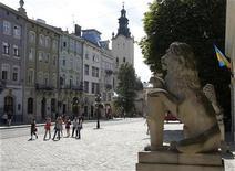 Туристы в центре Львова, 22 июня 2011 года. Принимавший в июне этого года матчи футбольного чемпионата Европы Львов рассчитывает в скором времени стать ареной еще одного крупного спортивного события - Олимпиады. REUTERS/Gleb Garanich