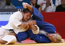 Brasileira Mayra Aguiar luta com norte-americana Kayla Harrison (azul) na categoria até 78kg na semifinal de judô da Olimpíada de Londres. 01/08/2012 REUTERS/Darren Staples