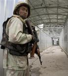 Узбекский пограничник на мосту через реку Карасу на границе с Киргизией 10 июня 2010 года. Узбекистан ввел запрет на размещение на своей территории иностранных военных баз, сообщили местные СМИ в четверг, положив конец спекуляциям о том, что США могут вновь обзавестись здесь базой для поддержки своих операций в соседнем Афганистане. REUTERS/Shamil Zhumatov