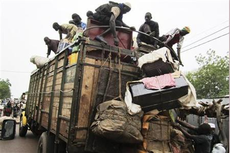 People load on onto a truck carrying residents fleeing south from an Islamic insurgency in northern Mali at the trading town of Mopti, June 19, 2012. REUTERS/Adama Diarra