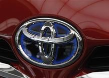 Логотип Toyota на автомобиле компании в Токио, 9 мая 2012 г. Операционная прибыль Toyota Motor Corp во втором квартале 2012 года составила 353 миллиарда иен ($4,51 миллиарда), указывая на восстановление бизнеса после природных катастроф предыдущего года. REUTERS/Toru Hanai