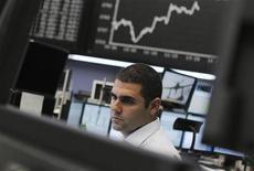 Трейдер работает в зале Франкфуртской фондовой биржи, 2 августа 2012 г. Европейские рынки акций открылись небольшим ростом в пятницу после резкого спада в четверг, так как инвесторы избегают крупных ставок в ожидании данных о рынке труда в США, которые могут дать ФРС новый повод для введения антикризисных мер. REUTERS/Alex Domanski