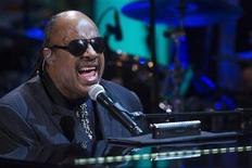 O cantor Stevie Wonder se apresenta no Salão Leste da Casa Branca, em Washington, nos Estados Unidos, em maio. 09/05/2012 REUTERS/Jonathan Ernst
