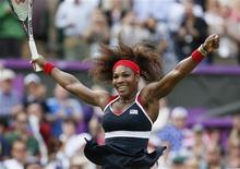 A norte-americana Serena Williams comemora após conquistar a medalha de ouro contra a russa Maria Sharapova nas Olimpíadas de 2012, em Londres, no Reino Unido. 4/08/2012