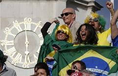 Torcida brasileira durante jogo de vôlei de praia em Londres. REUTERS/Marcelo Del Pozo
