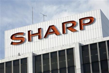 8月6日、業績悪化に歯止めのかからないシャープは、自立再建の道が狭まりつつある。都内の同社ショールームで2009年1月撮影(2012年 ロイター)