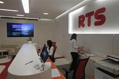 Приемная фондовой биржи ММВБ-РТС в Москве, 1 июня 2012 года. Российские фондовые индексы слегка повысились в начале торгов понедельника, продолжая движение предыдущей сессии на фоне роста котировок на зарубежных площадках. REUTERS/Sergei Karpukhin