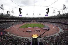Олимпийский огонь на Олимпийском стадионе на летних Играх в Лондоне 3 августа 2012 года. На Олимпийских играх в Лондоне в понедельник будут разыграны 18 комплектов наград. REUTERS/Max Rossi