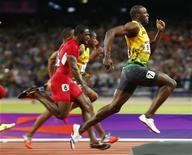 Velocista jamaicano Usain Bolt (D) dispara na liderança na prova final dos 100 metros rasos durante Jogos Olímpicos de Londres. Dominantes nas provas de curta distância, os corredores caribenhos em Londres querem ampliar seu reinado, depois que o jamaicano Usain Bolt cravou o segundo melhor tempo da história nos 100m rasos. 05/08/2012 REUTERS/Michael Dalder