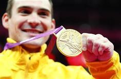 Arthur Nabarrete Zanetti comemora medalha de ouro nas argolas na Arena North Greenwich durante os Jogos Olímpicos de Londres. O brasileiro superou o chinês campeão olímpico e tetracampeão mundial Yibing Chen, que terminou com a medalha de prata. O italiano Malteo Morandi ficou com o bronze. 06/08/2012 REUTERS/Mike Blake