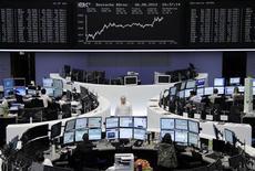 Трейдеры на торгах фондовой биржи во Франкфурте-на-Майне 6 августа 2012 года. Европейские фондовые рынки в понедельник закрылись на максимальной отметке более, чем за четыре месяца, при этом циклические акции выросли благодаря американской статистике и надеждам на новые антикризисные меры. REUTERS/Remote/Tobias Schwarz