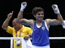 Adriana Araújo é declarada vencedora na luta contra Mahjouba Oubtil, do Marrocos, após as quartas de final do boxe feminino nos Jogos Olímpicos de Londres. 06/08/2012 REUTERS/Murad Sezer