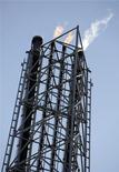 НПЗ Repsol в Картахене 15 февраля 2012 года. Нефть Brent держится выше $109 за баррель во вторник, так как трейдеры надеются, что Европа примет дальнейшие меры для борьбы с кризисом. REUTERS/Francisco Bonilla